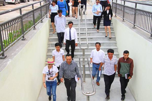 Người dân Đà Nẵng trải nghiệm đường hầm thông ra bãi biển Mỹ Khê.