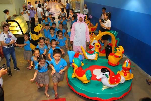 Trẻ em địa phương thích thú vui chơi bên trong đường hầm.