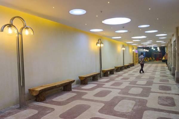 Dọc đường hầm cũng được đặt nhiều ghế để du khách nghỉ chân.