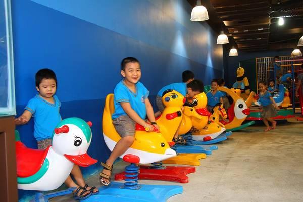 Một điểm thu hút đặc biệt của Đường hầm - The Holiday - Beach Subway chính là không gian giải trí rộng lớn và đầy đủ tiện nghi dành cho các vị khách nhỏ tuổi, bao gồm: khu đồ chơi, khi vui chơi vận động với nhà banh và xích đu hình thú…