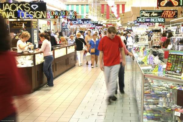 Du khách mua sắm ở chợ trời trong nhà Festival Flea Market, một thiên đường mua sắm với hơn 500 cửa hàng bán đủ loại sản phẩm bên cạnh các quán xá nối tiếp nhau - Ảnh: Festival Flea Market Mall
