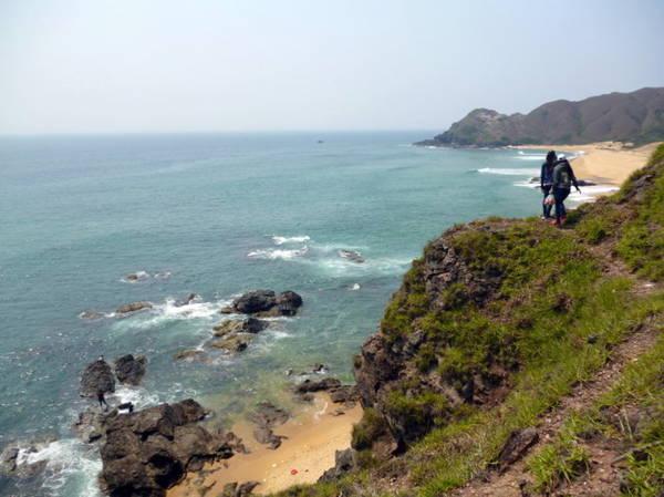 Con đường cheo leo trên đỉnh ghềnh, một bên là vách núi, một bên là vực biển sâu - Ảnh: Nguyễn Thành Giang