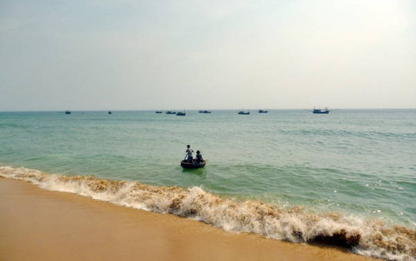 Biển, tàu cá nhỏ và những người ngư dân, nhìn từ phía chân ghềnh - Ảnh: Nguyễn Thành Giang