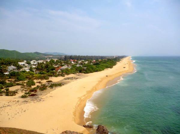 Bờ cát phẳng lì và xóm nhà ven biển Hoài Hải hiện ra rất đẹp khi nhìn từ trên đỉnh núi nhìn xuống - Ảnh: Nguyễn Thành Giang