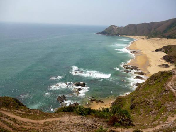 Từ đỉnh núi, ghềnh đá Hoài Hải hiện ra như một bức tranh tuyệt đẹp - Ảnh: Nguyễn Thành Giang