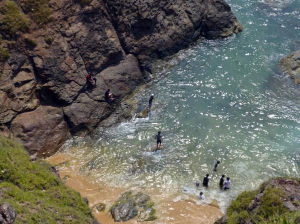 Rất nhiều bạn trẻ chọn tắm biển trong những hố nước tự nhiên rất đẹp và an toàn - Ảnh: Nguyễn Thành Giang