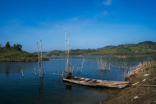 Tà Đùng nằm ở khu vực thượng nguồn của hệ thống sông Đồng Nai, có các dự án thủy điện Đồng Nai 3 và 4 đang hoạt động. Một số đảo ở đây có diện tích khá lớn thuận lợi cho phát triển du lịch sinh thái. Đứng từ trên cao nhìn xuống, mặt nước trong xanh, phẳng lặng của hồ Tà Đùng như được điểm xuyết bởi vô số hòn đảo nhỏ nổi lên.