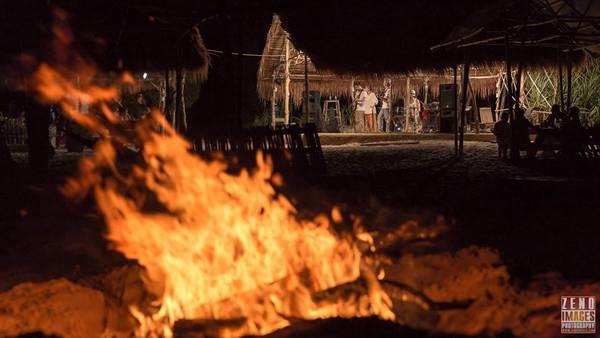 Đốt lửa trại mỗi đêm. Ảnh: Zeno