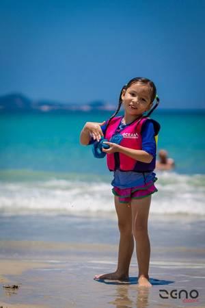 Trẻ em thích thú nô đùa trên biển. Ảnh: Phillip John Dean