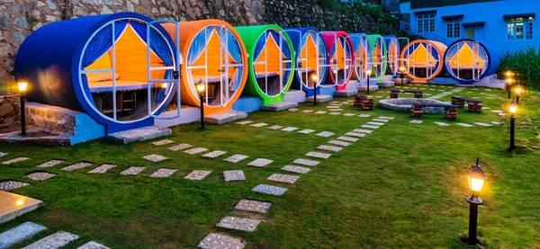 Hostel được thiết kế độc đáo bằng những ống trụ bê tông ốp gỗ nhiều màu sắc. Ảnh:The Circle Vietnam