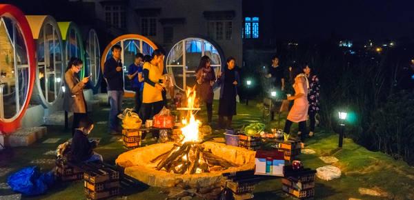 Đêm về là thời gian đẹp nhất để đốt lửa trại, vừa quây quần với bạn bè hoặc người thân, vừa ngắm thành phố lên đèn. Ảnh:The Circle Vietnam