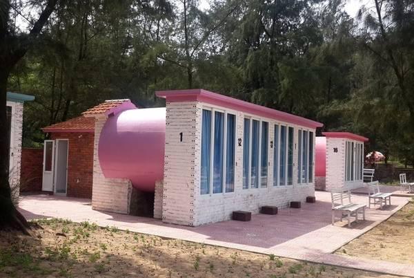 Nằm bên bờ biển Thạch Hải, huyện Thạch Hà, cách Thiên Cầm khoảng 25 km về phía Bắc, khách sạn ống cống thuộc Quỳnh Viên resort mới được đưa vào hoạt động trong mùa hè này.