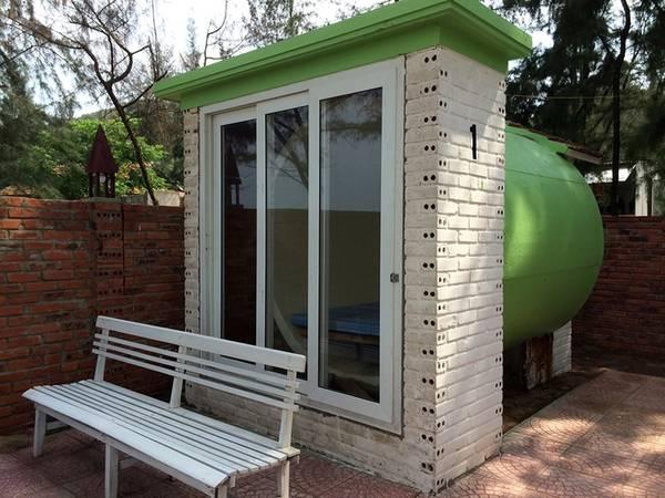 Hai phòng dùng chung nhà vệ sinh và nhà tắm có bình nóng, lạnh phía ngoài. Tất cả đều xây dựng theo phong cách thô mộc, tạo cảm giác dân dã nhưng cũng rất độc đáo.