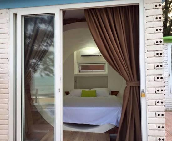 Trong phòng được trang bị tiện nghi đơn giản với chiếc giường dành cho 2 người nằm cùng chăn, gối, rèm, khăn tắm… và điều hòa không khí.