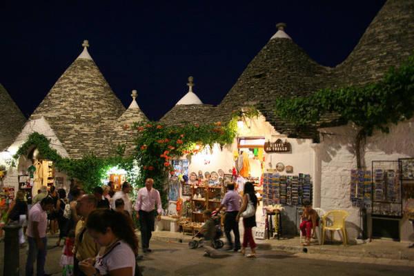 Du khách dạo đêm ở Alberobello - Ảnh: wp
