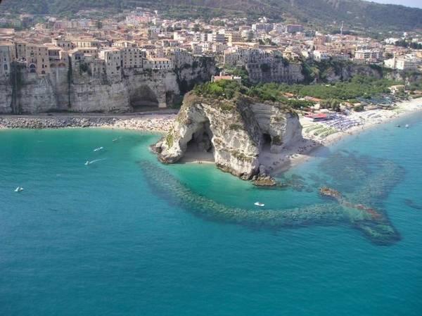 Mũi đá vươn ra biển ở Tropea - Ảnh: flickr