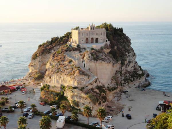 Tu viện Santa Maria nằm trên đỉnh mũi đá vươn ra biển - Ảnh: wp