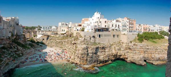 Toàn cảnh làng Polignano a Mare và bãi tắm Puglia - Ảnh: panoramio