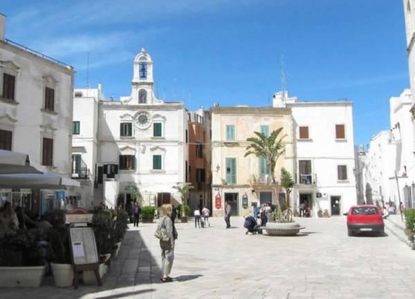 Quảng trường Đồng hồ ở Polignano - Ảnh: villaggihotelpuglia