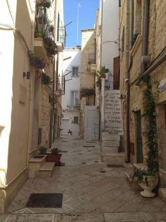 Cầu thang in những vần thơ ở Polignano - Ảnh: squarespace