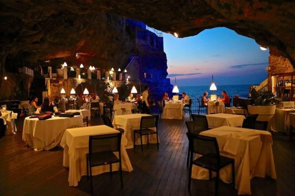 Thưởng thức bữa tối cùng sóng biển ở Grotta Palazzese - Ảnh: wp