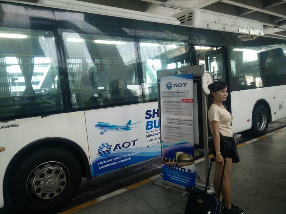 Đi shuttle bus ở ngoài sảnh máy bay. Ảnh: Hòa Bùi