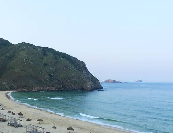 Bãi cát trắng, dài và mịn, những cơn sóng biển êm ái chính là điểm đến lý tưởng cho những bạn muốn được hòa mình vào làn nước trong xanh. Nước biển ở đây có hai màu, nước trong cạn gần bờ có màu xanh lam, còn phần biển ở ngoài xa có màu sẫm.
