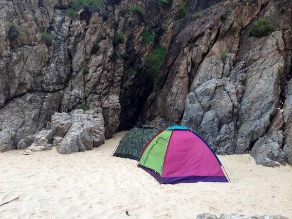 Với những người ưa khám phá, cắm trại nghỉ qua đêm tại Kỳ Co sẽ là trải nghiệm đáng nhớ. Mang theo lều, hải sản (cá gáy, sò, ốc… đặc sản vùng biển Nhơn Lý) để nướng BBQ.