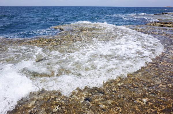 Sóng biển đánh vào bờ trắng xóa tạo nên cảnh quan ấn tượng - Ảnh: HUYỀN TRANG