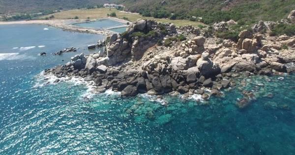Khu vực Hang Rái nơi có nhiều khối đá xếp chồng lên nhau tạo thành các hang nhỏ - Ảnh: HUYỀN TRANG