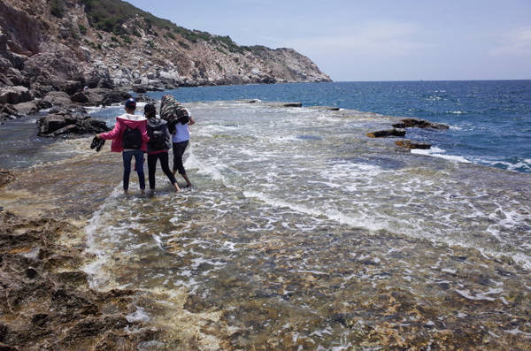 Đi dạo dọc bờ đá ngập trong nước biển là một cảm giác hết sức thú vị - Ảnh: HUYỀN TRANG