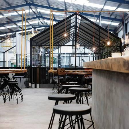 Trần nhà cao tạo cho không gian quán rộng và thoáng. Ảnh: Là Việt Coffee
