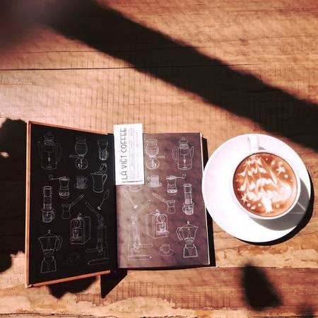 Ấn tượng đầu tiên khi bước vào quán là bạn sẽ nghe được mùi cà phê rang xay thơm nức mũi. Ảnh: Là Việt Coffee