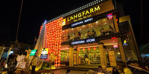 Từ đường Nguyễn Thị Minh Khai ngay chợ Đà Lạt, bạn có thể thấy L'angfarm Buffet, một cửa hàng được trang trí hoành tráng với những ánh đèn lung linh chiếu sáng cả một khu chợ đêm.