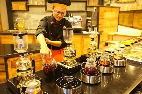 Ở giữa phòng chính là nơi trưng bày các loại trà của thành phố Đà Lạt: trà hoa cúc, trà ôlong, trà atiso, trà trái nhàu, trà linh chi, cà phê và nước cốt các loại. Khu vực này thường thu hút người lớn tuổi và những người yêu thích trà.