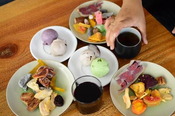 Vừa ăn kem, uống trà vừa ngắm thành phố Đà Lạt về đêm không có nơi nào tuyệt vời như L'angfarm Buffet. Ảnh: Thanh Tùng