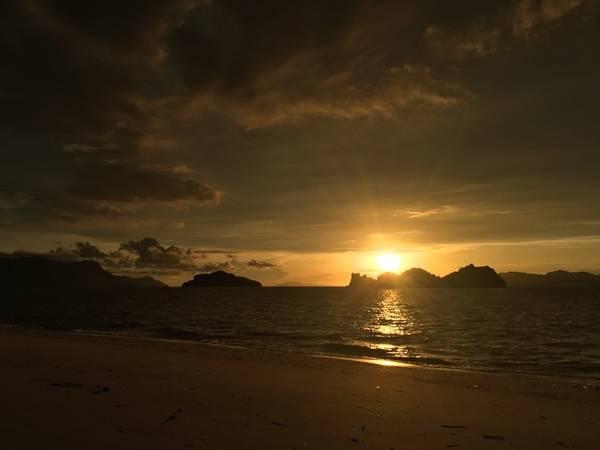 Tới Langkawi, bạn sẽ có cơ hội chiêm ngưỡng hoàng hôn lộng lẫy mỗi ngày. Đây là nơi lý tưởng cho các cặp đôi đi dạo dọc bãi biển trong khung cảnh lãng mạn.