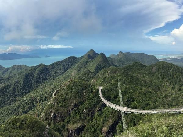Một trong những điểm du lịch nổi tiếng nhất Langkawi là cầu Sky trên đỉnh Gunung Mat Chinchang. Dài 125 m, cầu Sky nằm ở độ cao 660 m và có một phần lắp đáy kính để du khách nhìn xuống dưới.