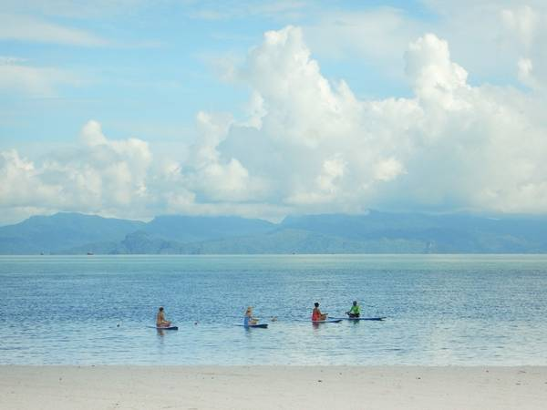 Biển quanh Langkawi khá nông, với những rạn san hô tuyệt đẹp. Tới đây, du khách có thể đi lặn biển, tập yoga trên ván lướt sóng, chèo ván đứng, bơi thuyền buồm, chèo kayak, leo núi, ngắm chim...