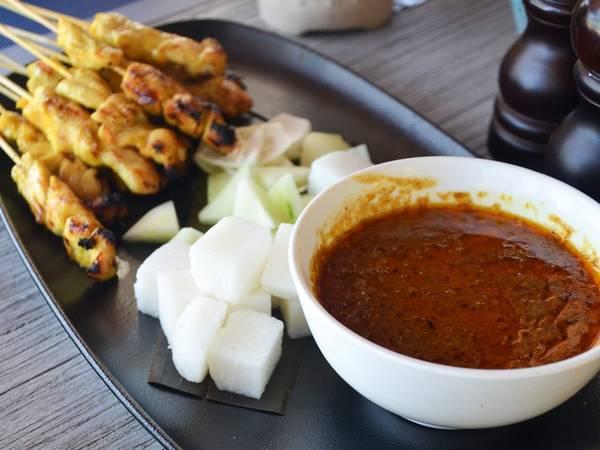 Ẩm thực là một trong những nét hấp dẫn của Malaysia, và món thịt xiên nướng cay ở Langkawi ngon không kém gì đất liền. Du khách có thể đăng ký lớp học nấu ăn để làm món này.