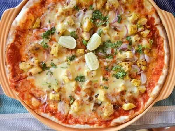 Ẩm thực Langkawi còn có những nét riêng độc đáo, như món pizza Kelapa với sốt cà chua, phô mai mozzarella, hành, thịt gà, sả, hoa gừng, ớt, chanh tươi và rau mùi.