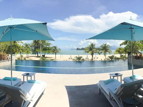 Du khách có thể tận hưởng ánh nắng ấm áp bên bể bơi của các khu nghỉ dưỡng sang trọng.