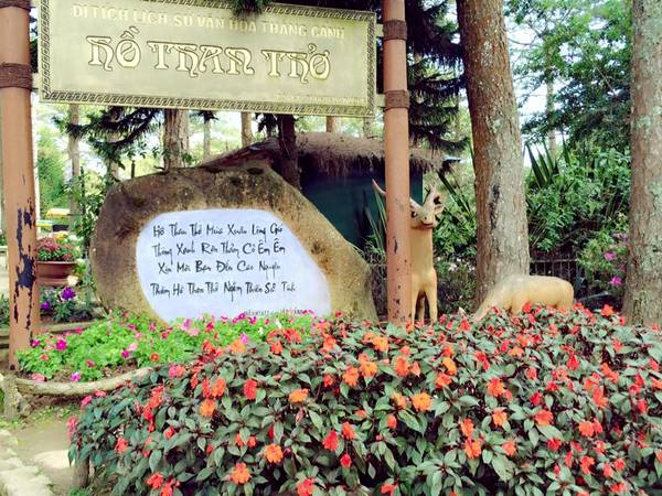 Hồ Than Thở nằm trên đường Hồ Xuân Hương.