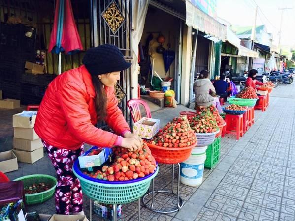 Mua dâu ở vựa dâu trên đường Nguyễn Công Trứ.