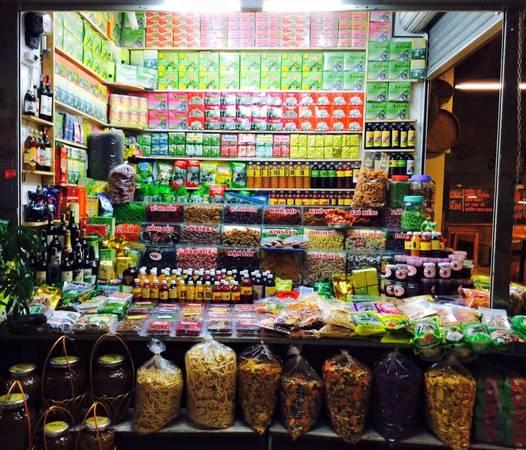Bạn có thể dạo một vòng chợ để mua trái cây và đặc sản.