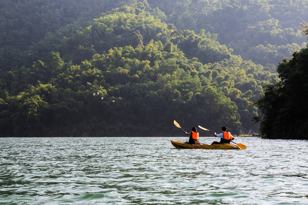 Khám phá hang Mỏ Luông hay chèo thuyền kayak trên hồ Mỏ Luông đều là những trải nghiệm bạn sẽ được thử khi mua gói ưu đãi Summer Escapes tại iVIVU.com