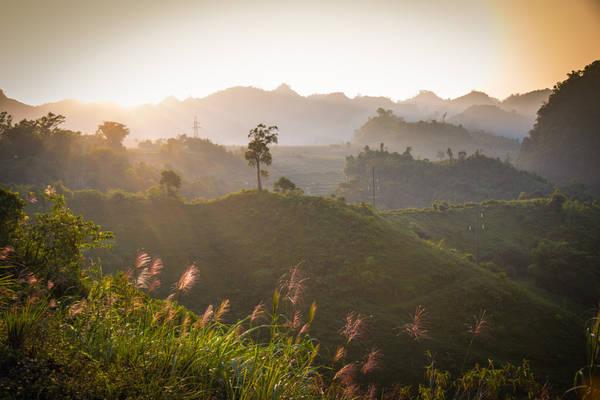Cách Hà Nội không quá xa, khoảng hơn 3 giờ đi xe là đến Mai Châu, một thung lũng bao la trải dài trước mắt, khác hoàn toàn với cuộc sống ồn ào náo nhiệt nơi thành thị.