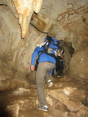 Du khách thích thú khám phá hang động.