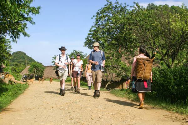 Đi bộ tham quan các bản làng của người dân địa phương.