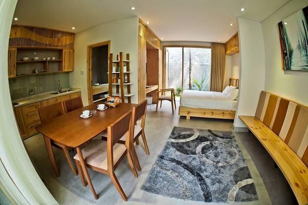 Minh House bao gồm 5 căn hộ độc lập nằm sát nhau, mỗi căn đều có vườn riêng ở phía sau và sân vườn sinh hoạt chung ở phía trước và được trang bị đầy đủ tiện nghi cao cấp như bếp, bàn ăn, bàn ghếsofa.
